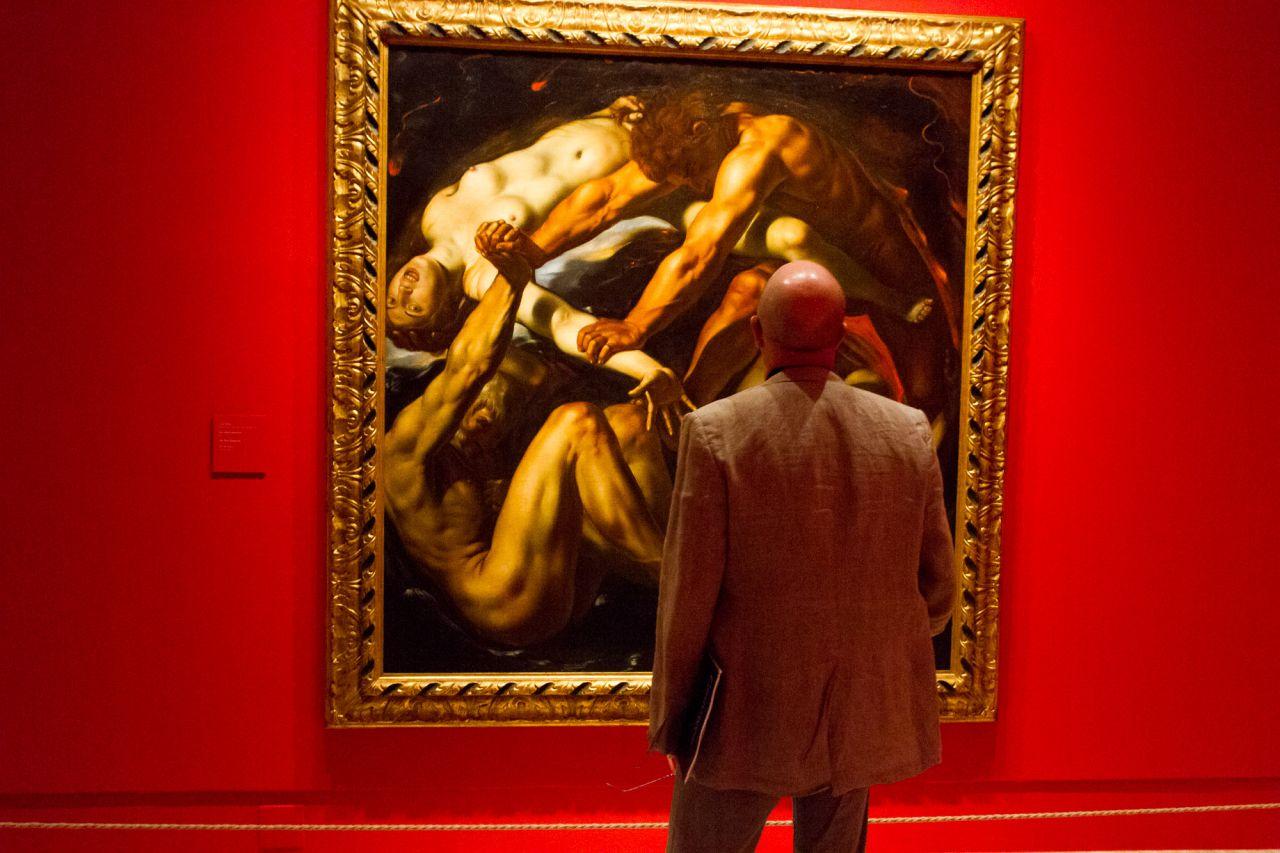 Un hombre observa la extraña composicón del cuadro 'Los cuatro elementos' de Louis Finson