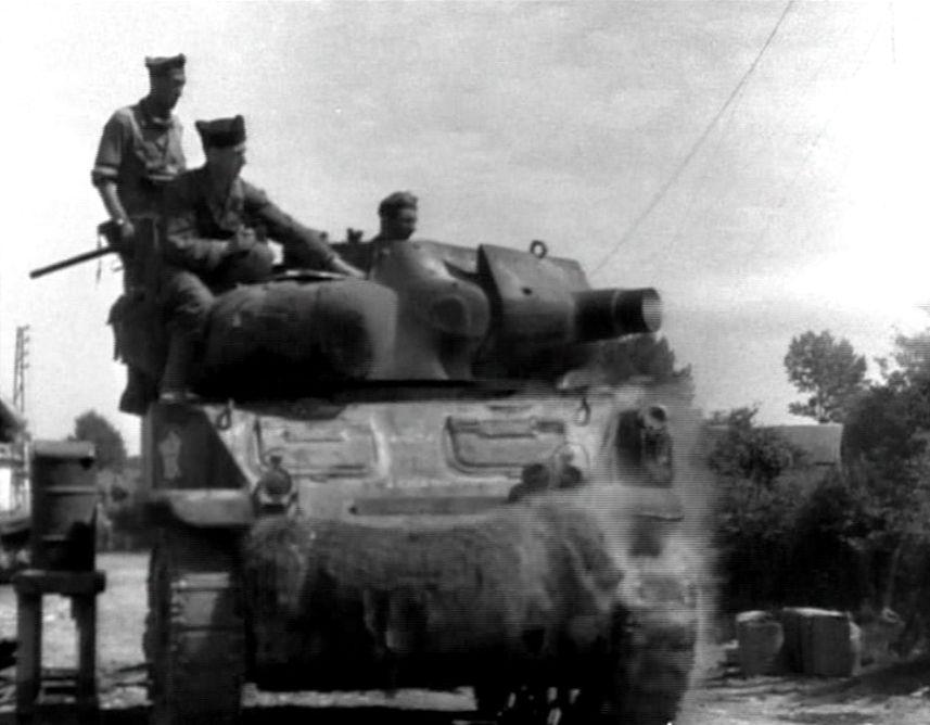 Los blindados franceses son afectados por un contraataque alemán.