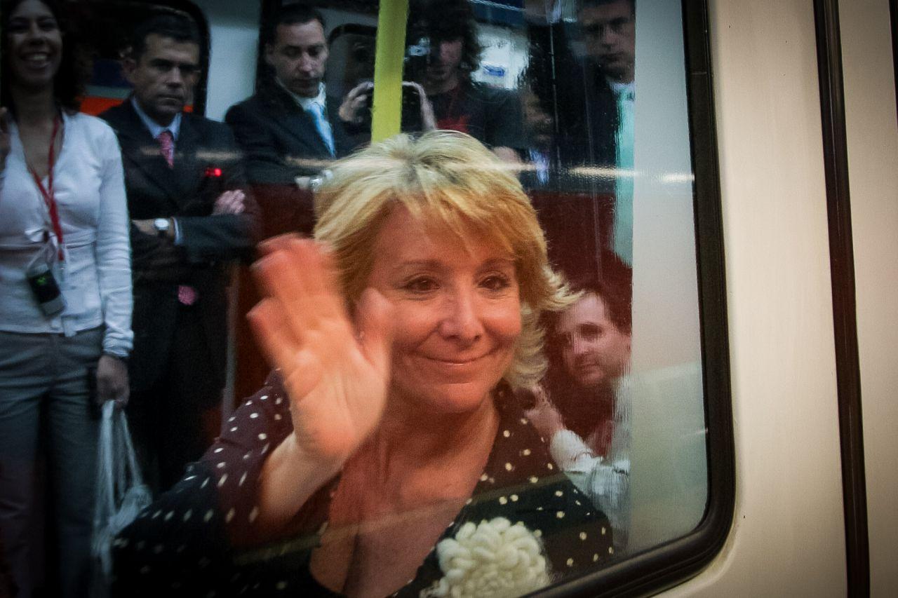 Aguirre saluda a la prensa desde un vagón de metro.