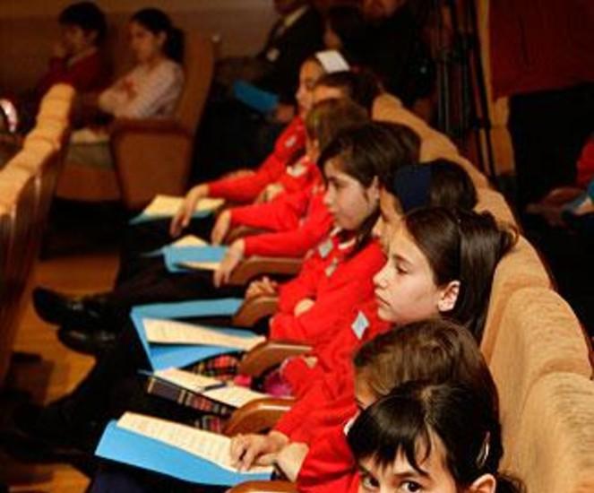 """Un centenar de niños de tres colegios madrileños fueron este lunes 'diputados por un día' en la Asamblea de Madrid y votaron sus compromisos para fomentar la """"empatía, la generosidad y la solidaridad"""", valores protagonistas de la décima edición de esta actividad organizada por Aldeas Infantiles SOS."""
