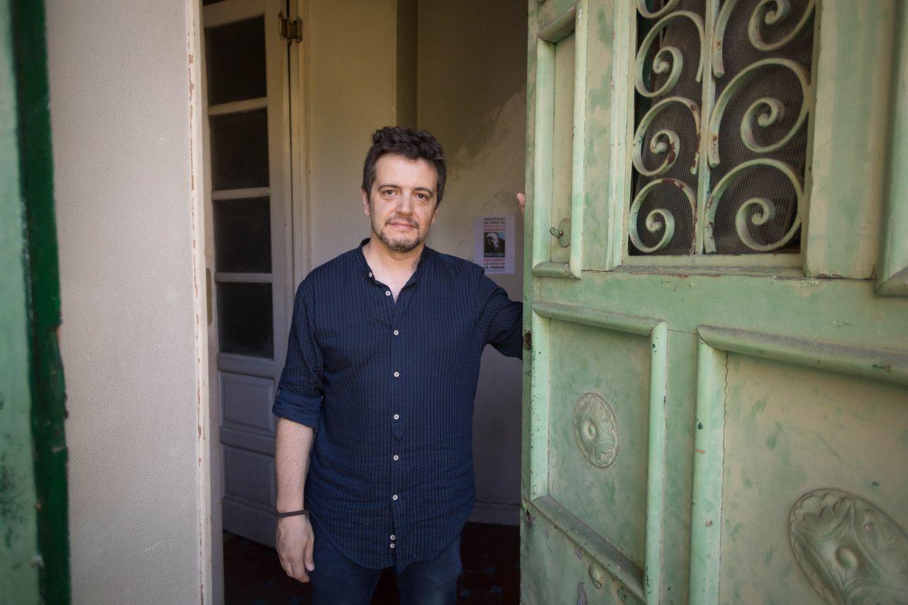 Alejandro Sanz, presidente de la Asociación Amigos de Vicente Aleixandre, en la puerta principal de la casa