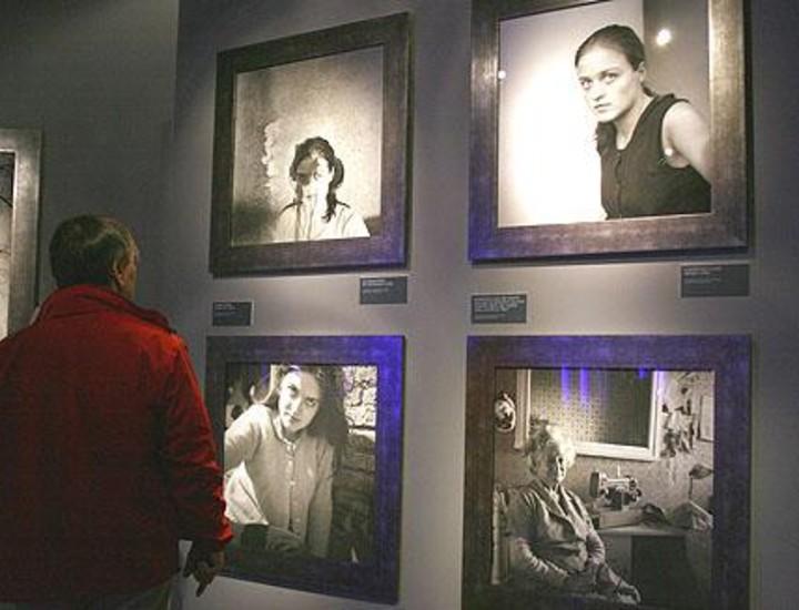 En un recorrido cinematográfico, la exposición 'Ouka Leele inédita' descubre las imágenes más íntimas nunca publicadas de una de las artistas más importantes del panorama artístico nacional e internacional. Organizada por el Ministerio de Cultura en las salas de exposiciones del Museo del Traje con motivo de la concesión a Ouka Leele- Bárbara Allende- del Premio Nacional de Fotografía 2005, la muestra coincide con la celebración de los cincuenta años de una de las fundadoras independientes de La Movida.