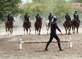 Detonaciones, gases y humo para entrenar a los caballos de la Policía