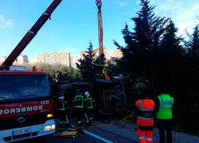Rescatan a un conductor tras volcar su camión en la M-30