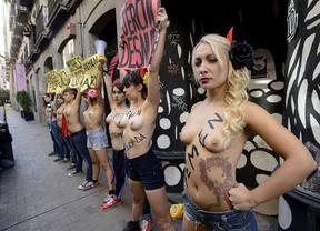 Femen protagoniza un 'contradesfile' por las calles de Madrid en el día de la Fiesta Nacional