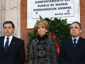 Aguirre, Simancas y Marín colocan una corona de laurel en Sol en memoria a las víctimas