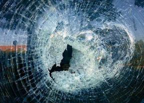 La sede del PP en Rivas amanece con un cristal roto y varias pintadas