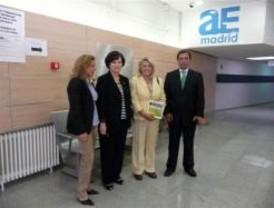 La concejala de Latina visita la Agencia para el Empleo Los Cármenes