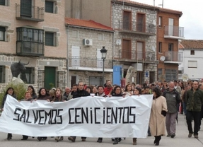 Los vecinos de Cenicientos toman la calle en contra de la privatización del cementerio y el tanatorio