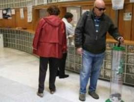 Los 'tragamóviles' ayudan a los getafenses a reciclar sus teléfonos en desuso