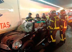 Un descapotable se empotra contra un camión en un túnel de la A-5