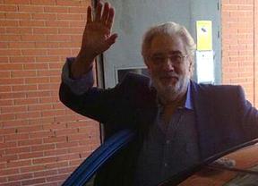 Plácido Domingo a su salida del centro hospitalario