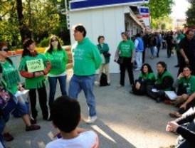 Los interinos protestan en la Feria del Libro