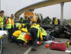 Tres fallecidos y dos heridos al volcar el vehículo en el que viajaban en la M-40