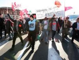 Los vigilantes de seguridad cortan el tráfico en Atocha contra el intrusismo