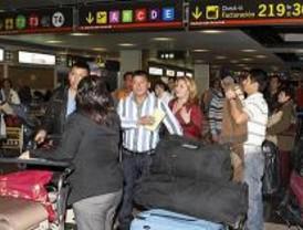 Los afectados de Air Comet dejan Barajas persuadidos por su Embajada