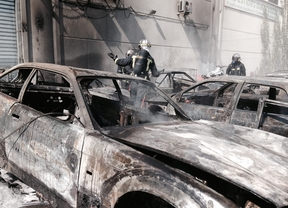 Siete vehículos calcinados en un incendio de pastos en Villanueva de la Cañana