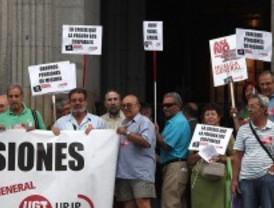 Pensionistas y jubilados se concentran en Sol para protestar por la congelación de las pensiones