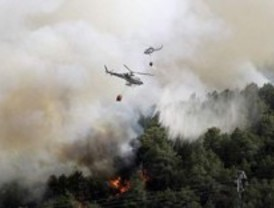 180 personas refrescan los últimos focos calientes del incendio