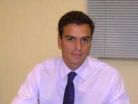 Pedro Sánchez abandona el Ayuntamiento de Madrid con su