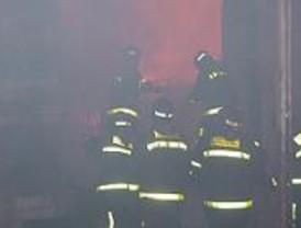 Aparatoso incendio en un almacén de papel en Barajas