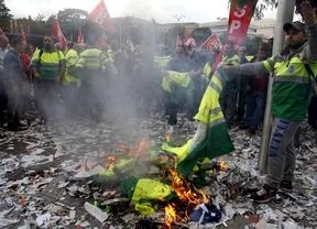 Protesta en Cibeles contra el ERE en los servicios de jardinería y limpieza viaria