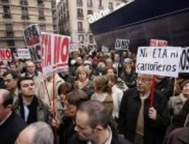 Cientos de personas piden a Zapatero que no vuelva a negociar con ETA