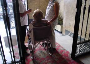 Una anciana recibe ayuda en su domicilio