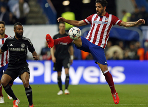 Raúl García controlando un balón