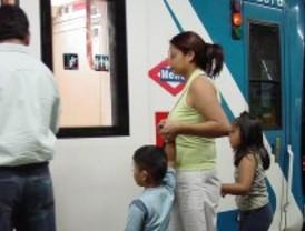 La policía detiene a un falsificador que vendía papeles para extranjeros en el metro