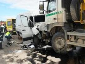 Choque frontal entre un camión y una furgoneta en la M-116