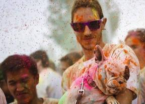 La 'fiesta de los monzones' llena de 'gulaal' Lavapiés