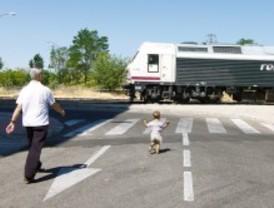Una vía de tren en Villaverde carece de vallas protectoras y de señalización