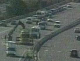 Herido leve el conductor de un camión que volcó en la A-6