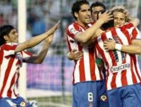 El Atlético se queda a un punto de la Champions tras ganar al Betis con dos goles de Forlán