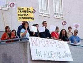 Los padres del Trabenco de Leganés reciben a Aguirre con pancartas en Parla