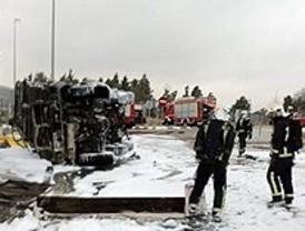 Arden 6.000 litros de combustible de un camión cisterna del Ejército en la M-608