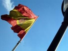 Arrancan banderas de España en Móstoles