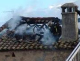 Un incendio destruye la planta superior de una casa antigua en Navas del Rey