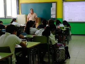 alumnos estudiantes niños y profesor en un colegio en clase