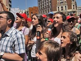 Karaoke multitudinario en la Plaza de Callao