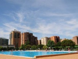 Jóvenes y familias llenan las piscinas municipales en el día de su apertura