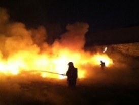 Espectacular incendio en un vertedero de Valdilecha