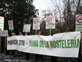 Los hosteleros completan las protestas contra la Ley antitabaco con una concentración ante el Ritz