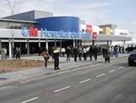 Aguirre visita el hospital de Aranjuez  rodeada de policía