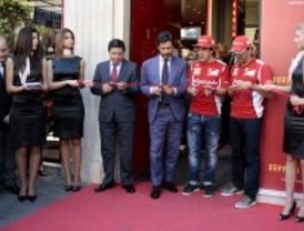 Alonso se pasea en Ferrari por Madrid