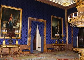 Antecámara oficial del Palacio Real, una de las nuevas salas a las que tiene acceso el público. Pared tapizada de terciopelo azul con el emblema de la Casa de Borbón.