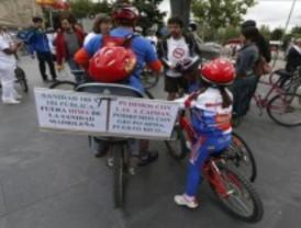 Sanitarios marchan en bicicleta contra privatización de la sanidad madrileña