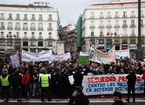 Los vigilantes de seguridad protestan en Sol y amenazan con una huelga