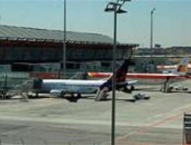 Un viajero molesto con el retraso de su vuelo agrede a un guardia civil